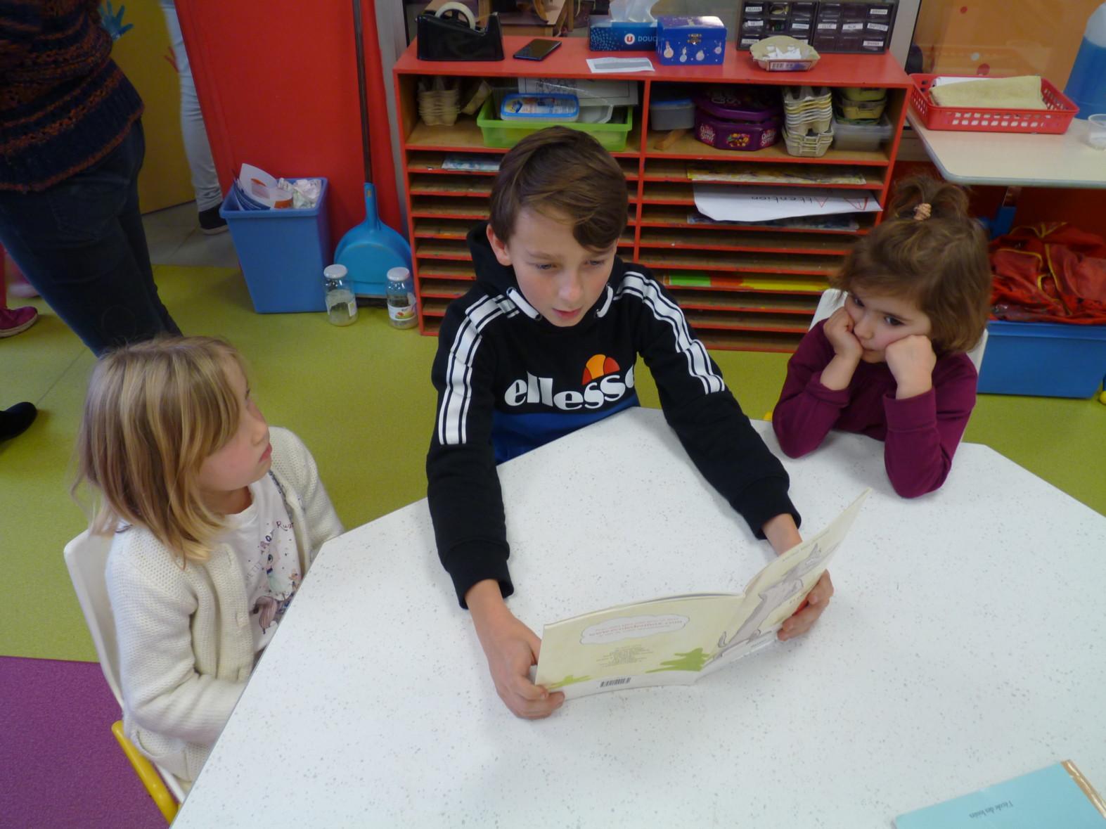 Les 6èmes font la lecture aux maternelles